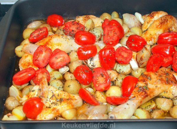 Kip uit de oven met krieltjes en tomaten