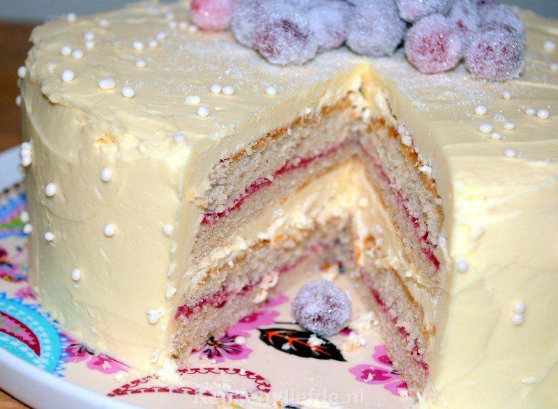 Witte chocoladetaart met gesuikerde cranberry's