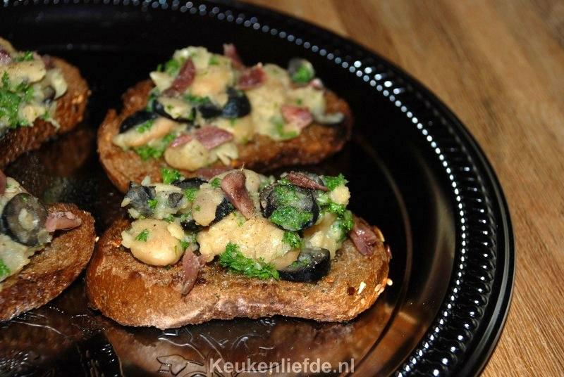 Crostini met bonen en ansjovis