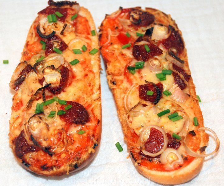 Zelfgemaakt pizzabroodje