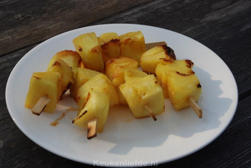 Gegrilde ananasspiezen van de bbq