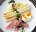 Witte asperges met ham, ei en botersaus