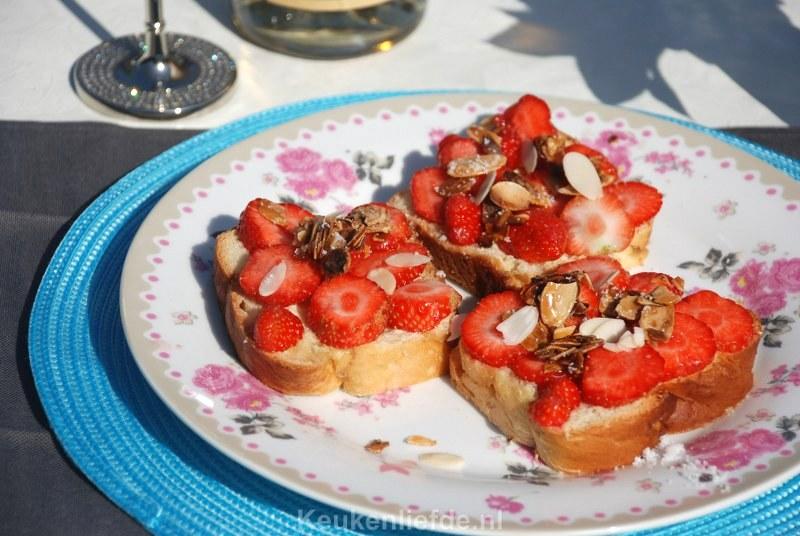 Suikerbrood met aardbeien en amandelstrooisel