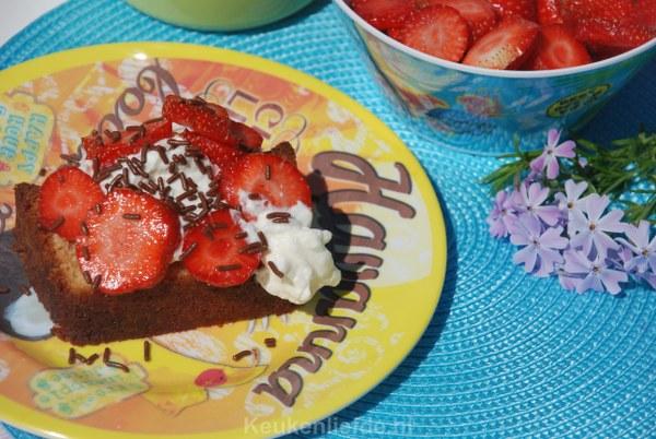 Cake met slagroom, verse aardbeien en hagelslag