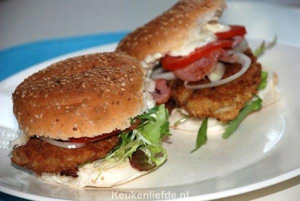 Broodje kipburger met tomaat en bacon