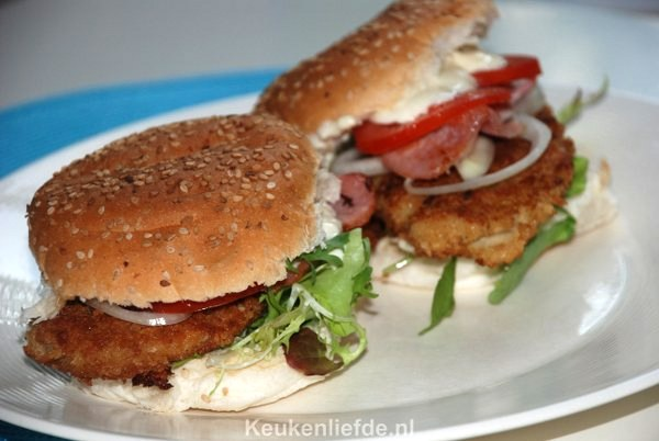 Broodje kipburger met tomaat en bacon