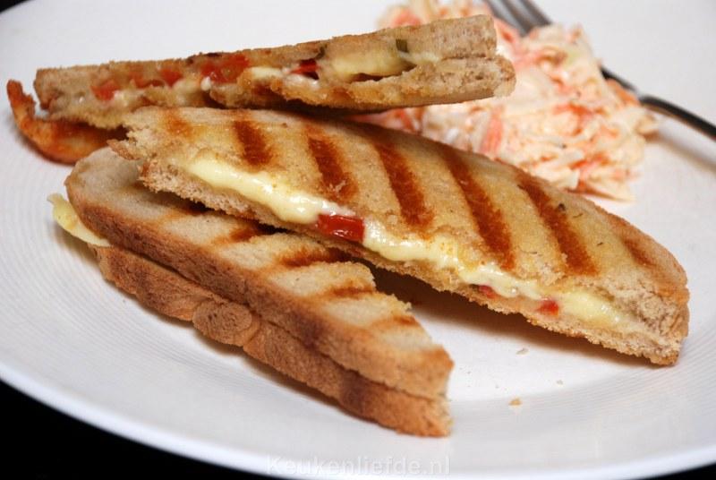 Kaastosti met tomaat en coleslaw