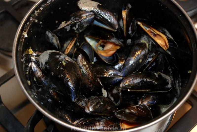 Thaise mosselen met lente-ui en koriandernoedels