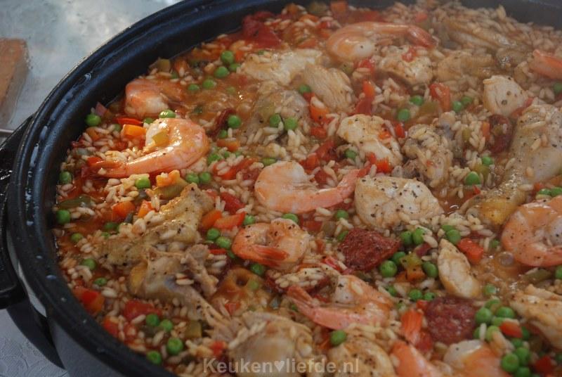 Spaanse paella met chorizo, kip en garnalen