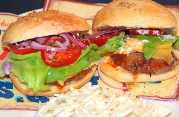 Amerikaanse hamburger met barbecuesaus
