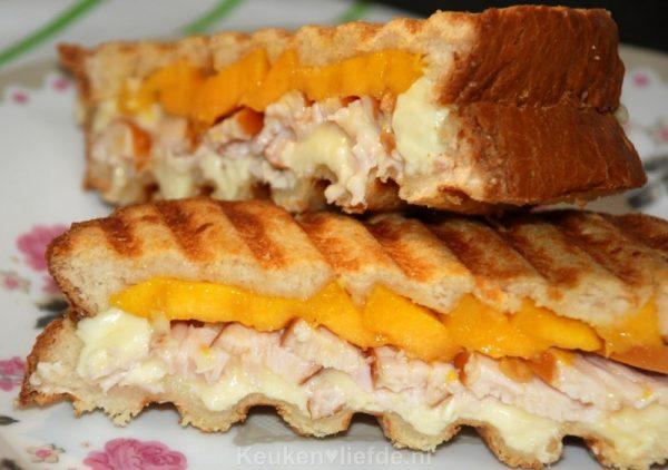 Dubbeldikke tosti met mango en gerookte kip