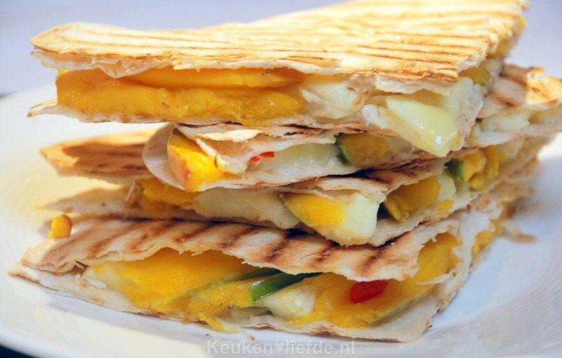 Pittige quesadilla met brie en mango