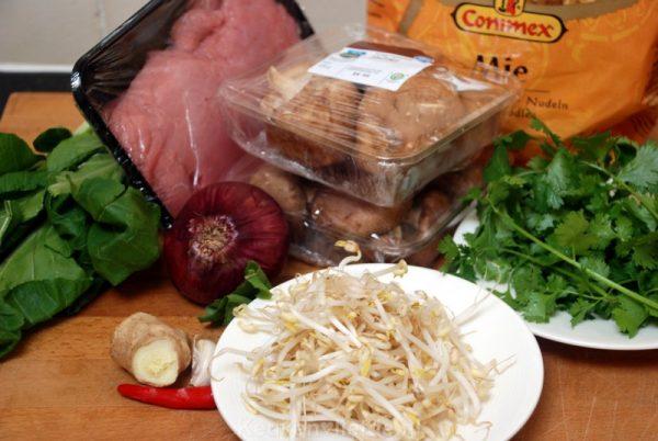 Bami met schnitzelreepjes, paksoi en shiitake