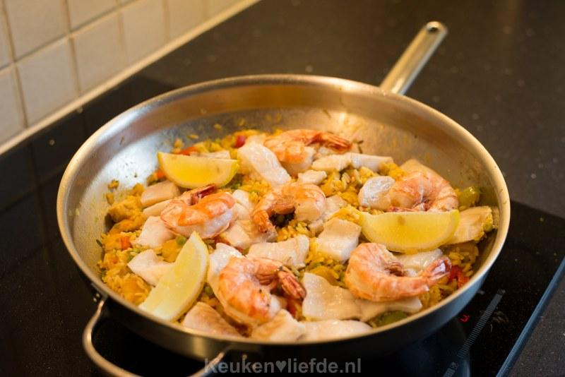 Makkelijke paella met witvis en grote garnalen