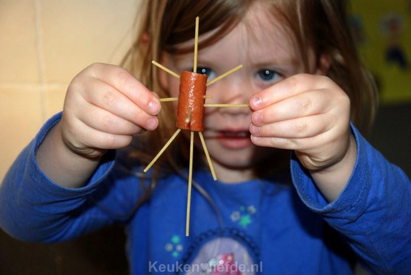 Ella-Marie kookt knakworst spaghetti