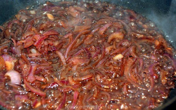 Verrukkelijke rode uienjus