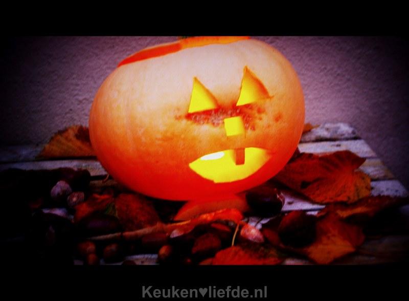 Een Halloween pompoen snijden