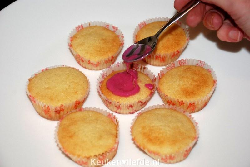 Luchtige cupcakes met knalroze glazuur