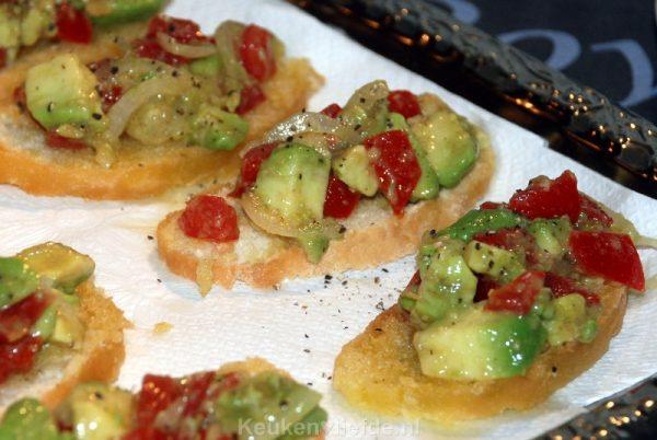 Crostini met avocado-tomatensalsa