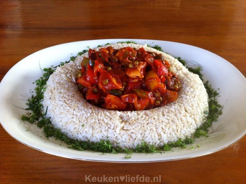 Hongaarse goulash in witte rijstrand van mijn moeder