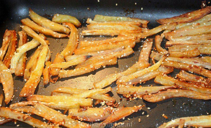Zoete aardappelfriet met pittige blauwe-kaasdip