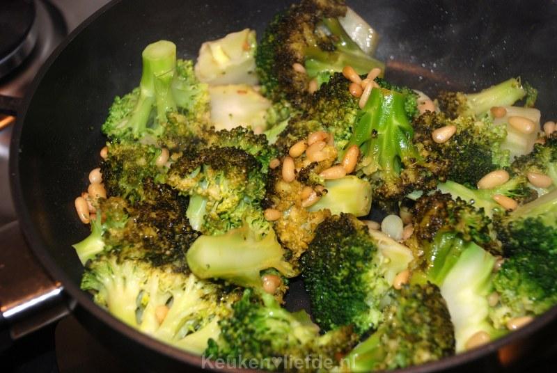 Gekarameliseerde broccoli met pijnboompitten