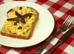 Toast met roerei en ansjovis