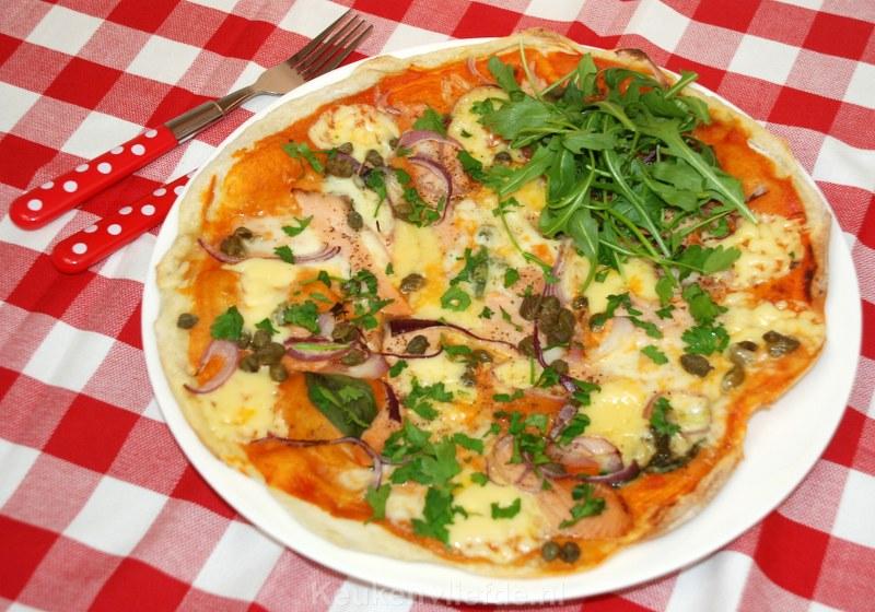 Pizza salmone met rode ui en kappertjes