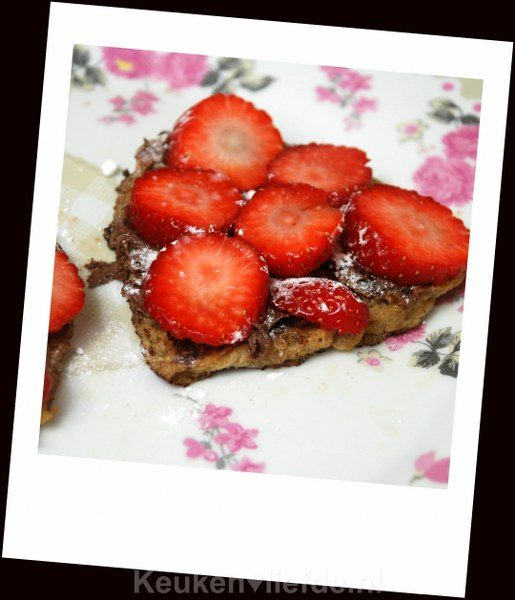 Valentijnsontbijt! Hartjestoast met aardbeien