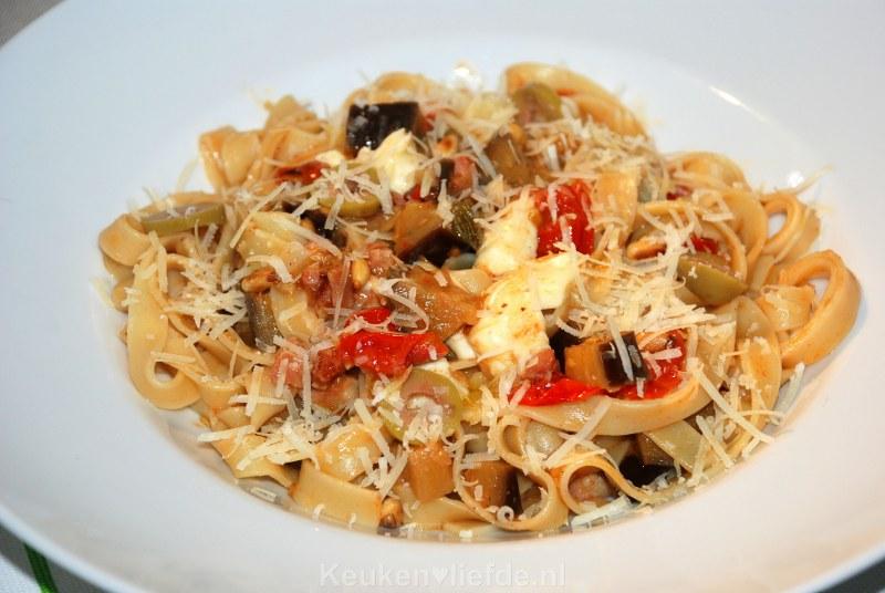 Tagliatelle met tomaten-auberginesaus
