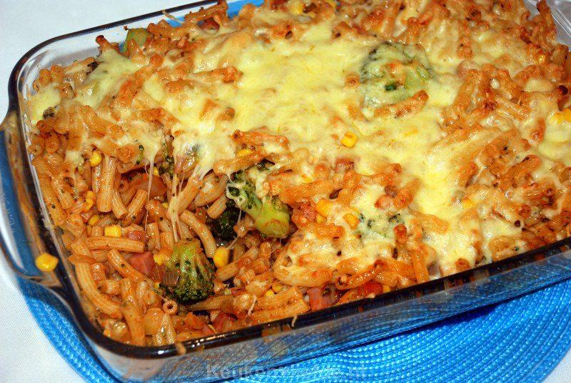 Pasta-ovenschotel met broccoli, ham en mais