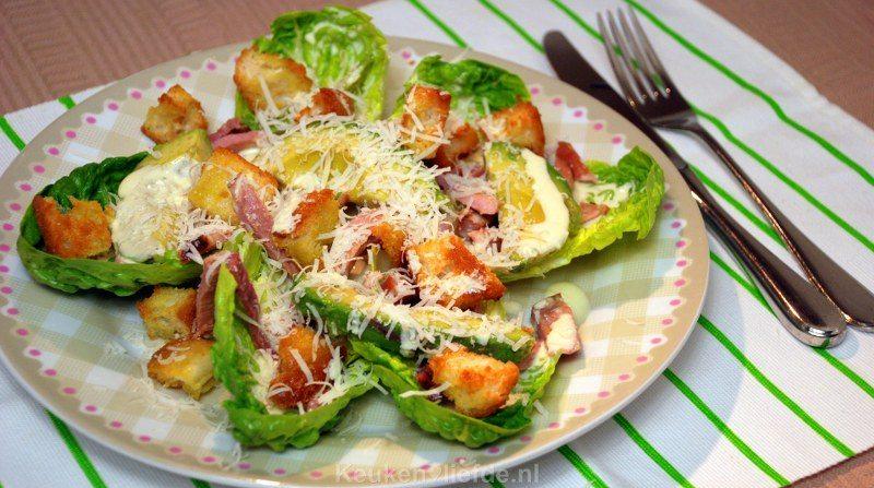 Salade met beenham, avocado en knoflookcroutons