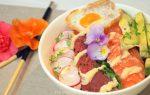 Sashimi bowl met viooltjes