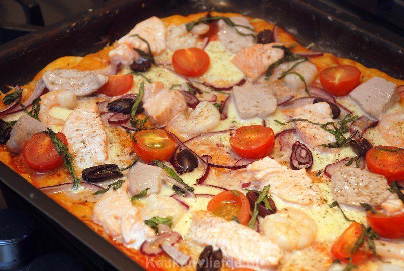 Rijkelijk belegde vispizza