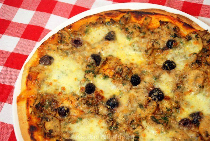 Pizza di funghi e olivo - pizza met champignons en olijven