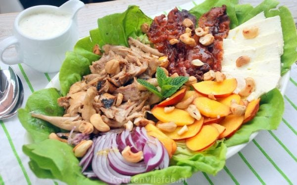 Salade met gegrilde kip, nectarine en feta