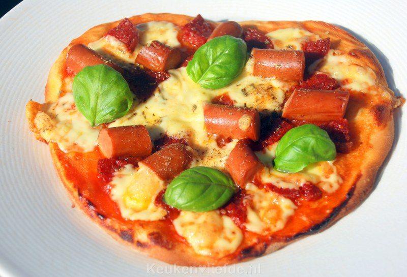 Kinderpizza met chorizo en knakworstjes