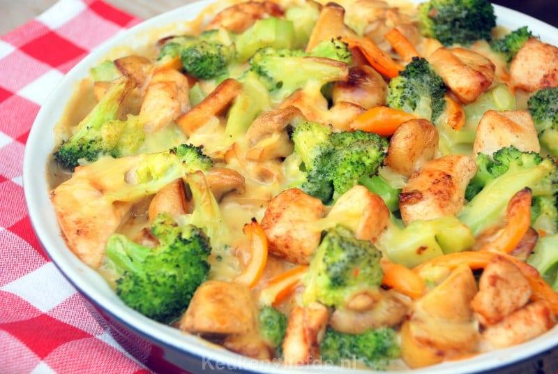 Broccoli-ovenschotel met kip, champignons en krieltjes
