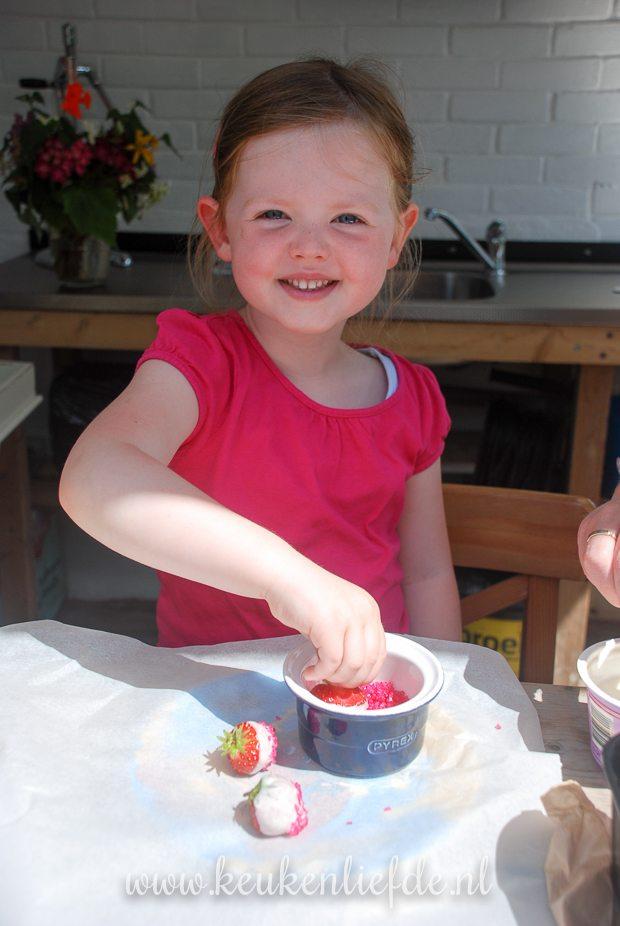 De aardbeien van dochterlief moeten natuurlijk in de roze suiker worden gedipt