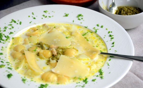 Aardappelsoep met pesto en parmezaan