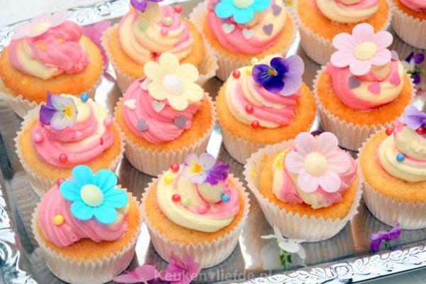 Vrolijke kindertraktatie - bloemen cupcakes