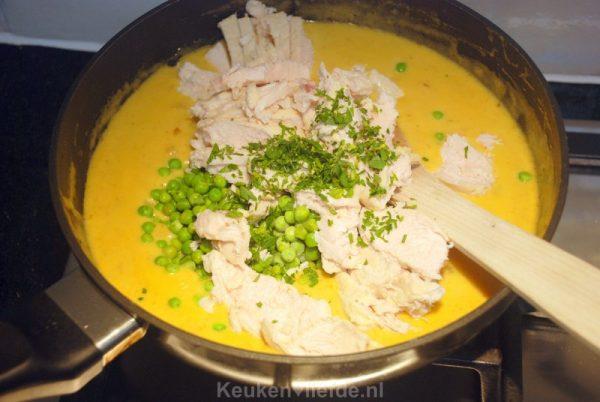 Romige kip-kerrie met doperwten en rozijnen