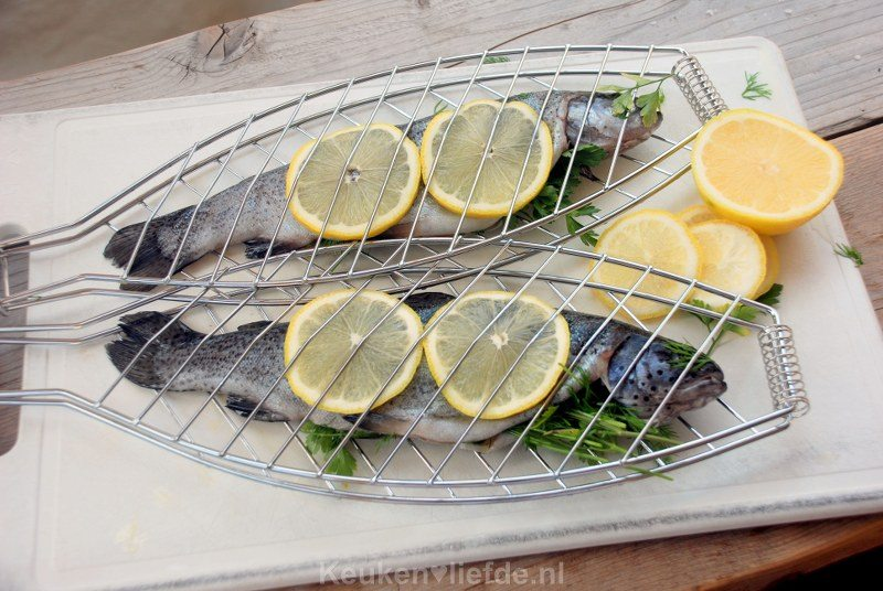Hele forel van de barbecue