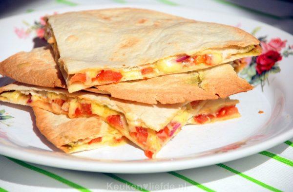 Quesadilla met pesto, kaas en tomaat
