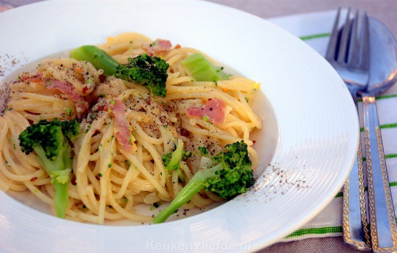 Spaghetti carbonara met broccoli en chili