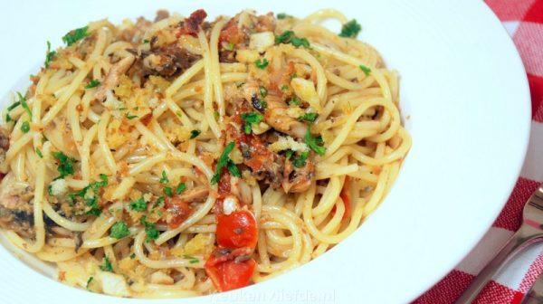 Spaghetti met sardines en peterselie-broodkruim