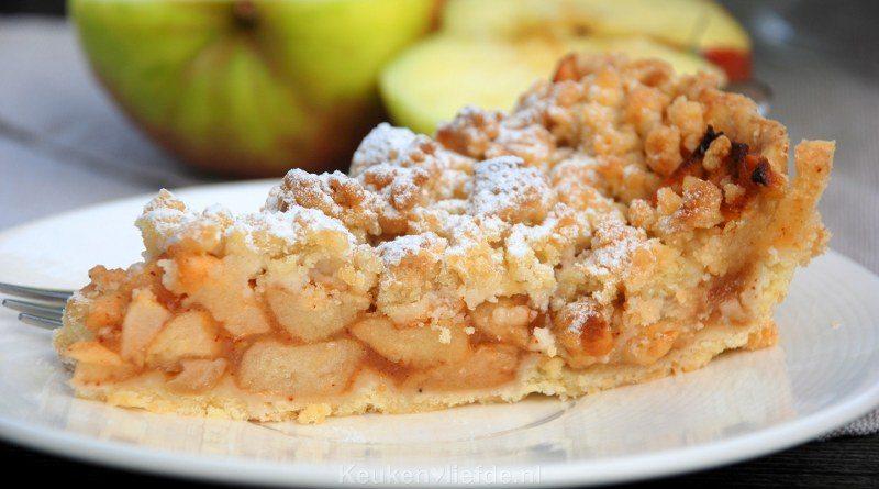 Appelkruimeltaart met hazelnoten
