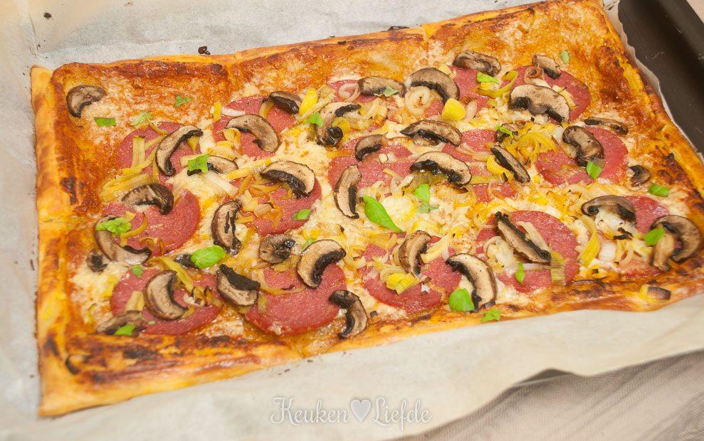 Bladerdeegpizza met salami