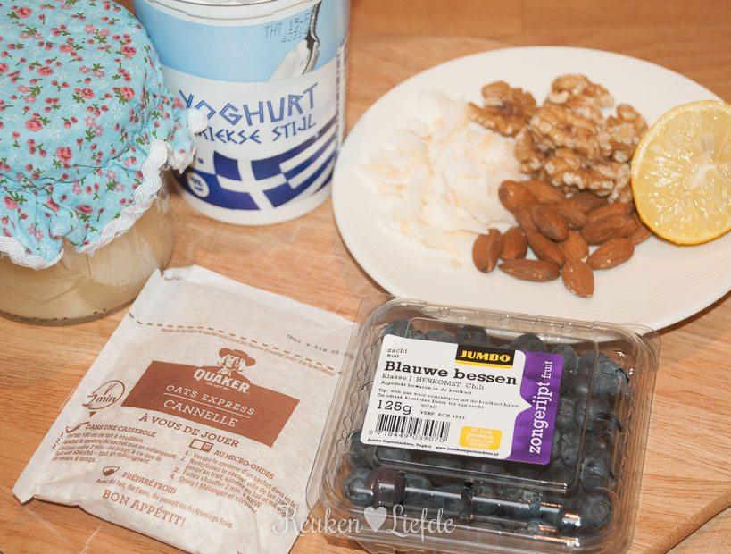 Yoghurt met granola en blauwebessencompote-8612