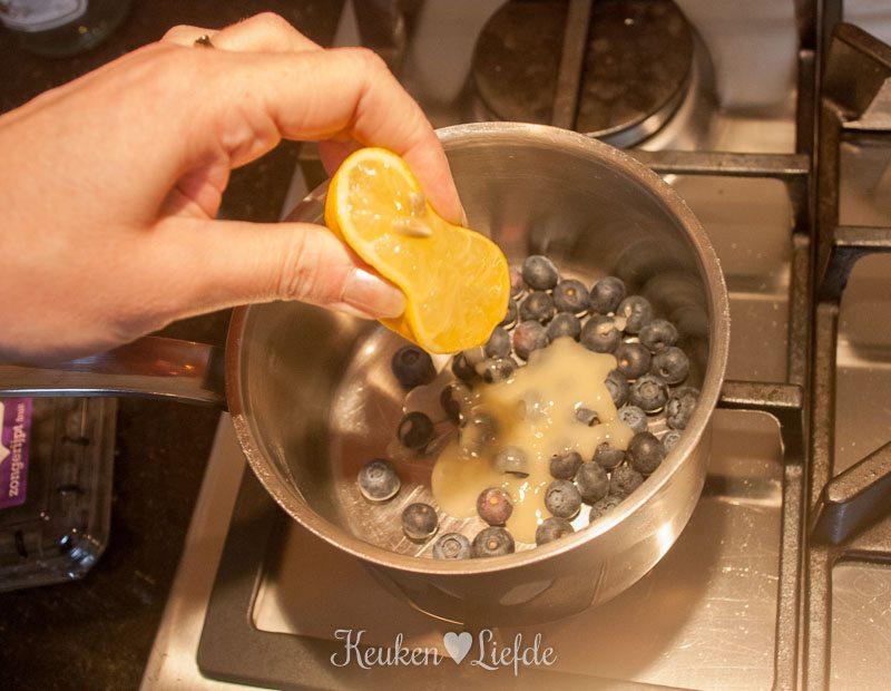 Yoghurt met granola en blauwebessencompote-8618